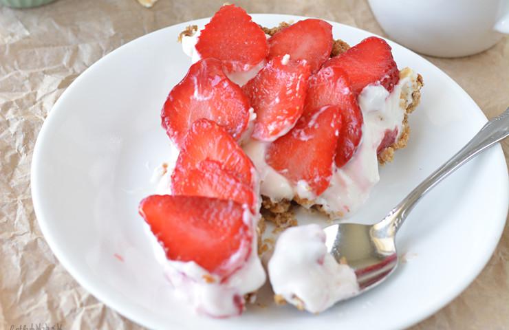 Strawberry Cheesecake Yogurt Tart with a Granola Crust #madewithchobani