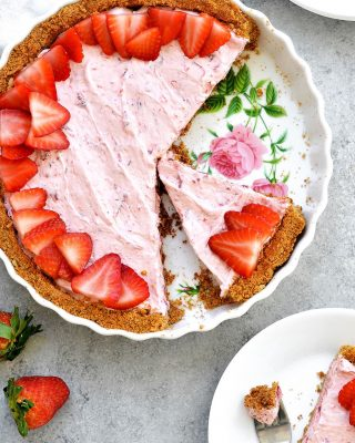 happy cinco de mayo! if i would have prepared properly i would have shared this recipe on the blog, BUT you can find this salty sweet strawberry margarita tart in my cookbook! 🍓🍓 #hellosugar