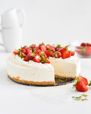 happy friday eve, y'all! this no-bake cheesecake is a classic (you don't even have to bake the crust 💯) and easily customizable. any and all toppings, yes pls & thank you! 🙌 recipe is on the blog 🍓