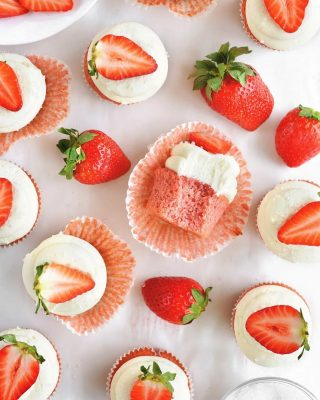 happy friday eve, y'all! from scratch strawberry cupcakes with cream cheese frosting (the best frosting, imo) are perfectly festive for the valentine's holiday this weekend 💕💖 grab the recipe on the blog!