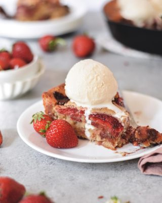 strawberry chocolate chunk skillet blondie to check your monday woes! the inside is gooey, filled with melty chocolate, and studded with fresh strawbs. plus a scoop of ice cream on top! 🙌 recipe link in bio!        https://bethcakes.com/strawberry-chocolate-chunk-skillet-blondie/