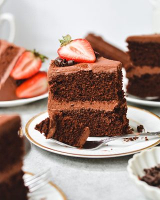 classic chocolate cake! pairs perfectly with saturdays and cups of coffee. hope your weekend is off to a good start, friends! you can find this recipe on my site 🍰💓      https://bethcakes.com/classic-chocolate-cake/