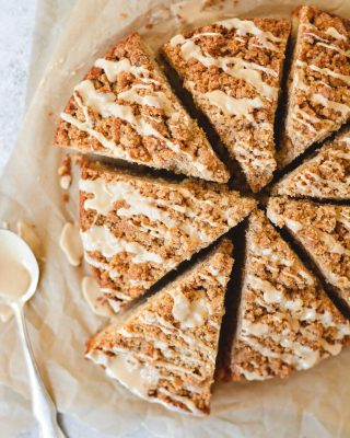 some peanut butter crumb cake to start off your week! with plenty of pb crumb and pb glaze!! recipe link in bio 💛