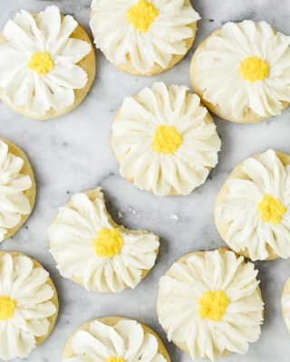 🌼NEW🌼 daisy sugar cookies on the blog today! these would be so cute for Mother's Day, or any kind of spring or summer shower! the cookies are soft and chewy and the buttercream firms up as it sets so it's less likely to smudge. will be posting a video for how to pipe these babies too! recipe link in bio! 💛