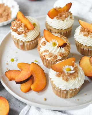 thinking about these peach pie cupcakes and how much i'm gonna miss peach season  these bbs are filled with peach preserves, topped with crumbles for some ~cronch~ and finished off with fresh peach slices. grab the recipe at the link in my bio! 🍑🧡      https://bethcakes.com/peach-pie-cupcakes/