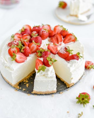absolutely loving this springtime weather! getting pumped for spring and summer produce and all the cool & dreamy desserts like this classic no-bake cheesecake! recipe is on the blog 🍓❤️