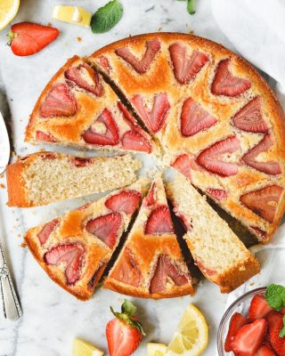✨NEW✨ just posted this easy peasy lemon snack cake with strawberries on the blog! it's the perfect lazy weekend cake for spring 🍋🍓 one layer & one bowl, v flavorful, fun to look at 😌 recipe link in bio, have a great weekend, friends!