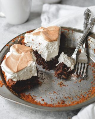 it's friday and i know just what you need. s'mores chess pie. 😍😍😍 graham crust, gooey chocolate chess filling, and tons of toasted marshmallow topping. yes, yes, & yes. i love s'mores all the time but there's something extra comforting about it in autumn. crackly fire, toasted marshmallow. warm and melty chocolate. it's all the vibes. 🙌 recipe is on my site, link in bio!       https://bethcakes.com/smores-chess-pie/